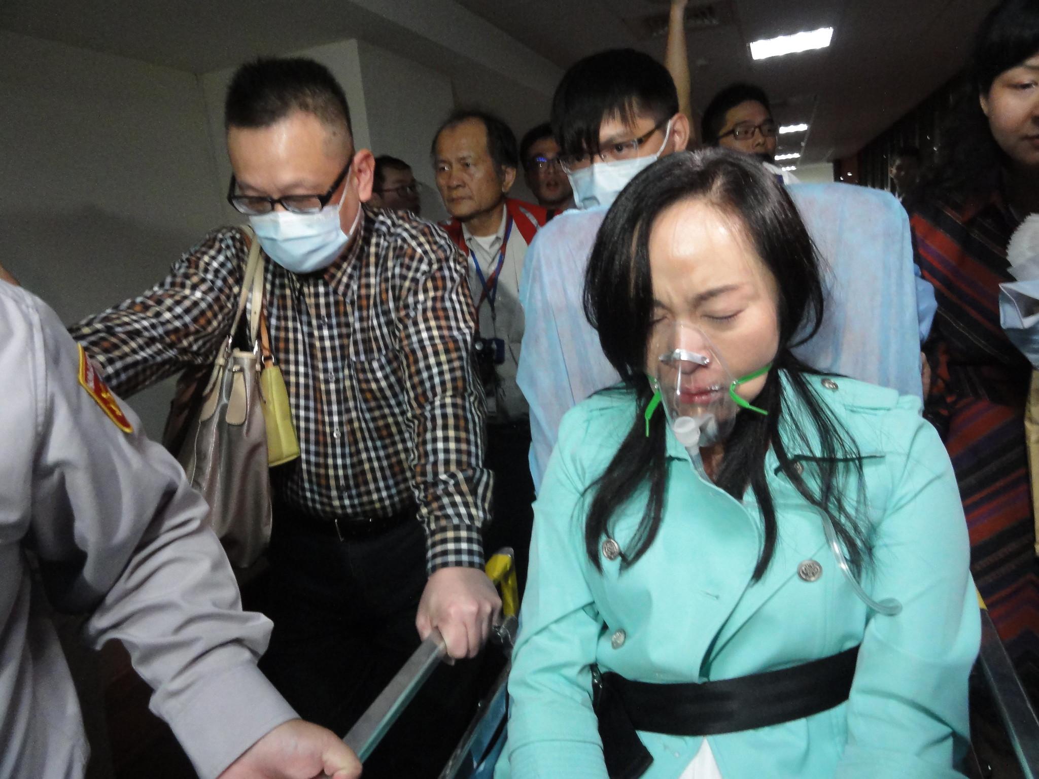 陳瑩也被緊急送醫,神情看起來「非常痛苦」。(攝影:張智琦)