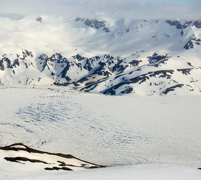 Panorámica entre nieblas de Islandia al sobrevolar una cordillera montañosa en avioneta