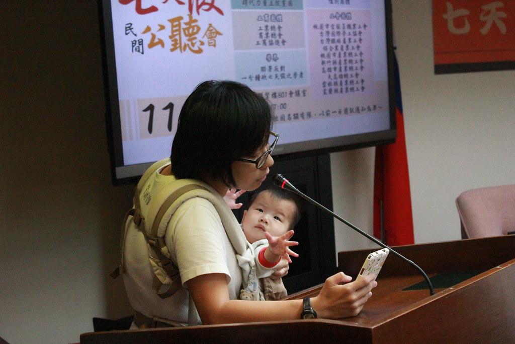 身兼母職和工作的邱宜君批評蔡英文和資方聯手剝奪勞工七天假。(攝影:張宗坤)