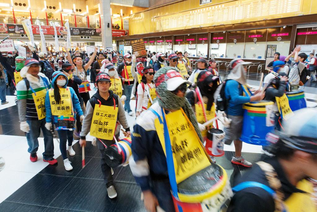 今年遊行路線特別規劃隊伍進入台北車站,短暫佔領黑白格大廳。(攝影:林佳禾)