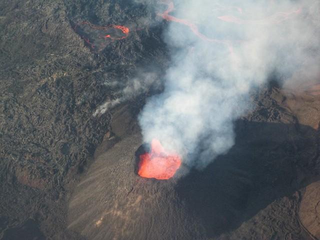 Le Piton de la Fournaise en erupción a vista de helicóptero (Isla Reunión)