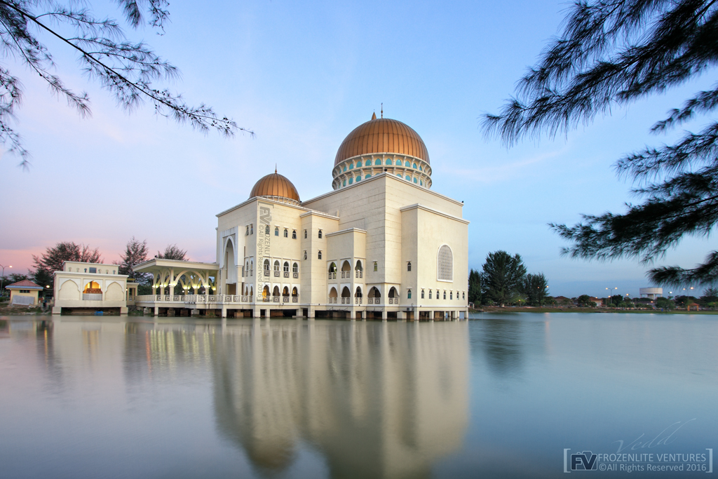 The floating mosque in Puchong - As-Salam Mosque. Photographer: vedd/Frozenlite.com