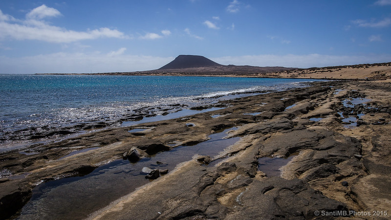 Una vista de la Bahía del Salado con la Montaña Amarilla al fondo