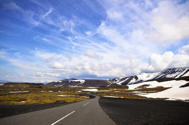 Paisajes de las carreteras de Islandia para ir al volcán Thrihnukagigur