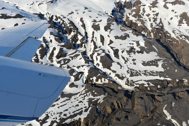 Una de las alas de la avioneta mientras sobrevolamos una cordillera helada en Islandia
