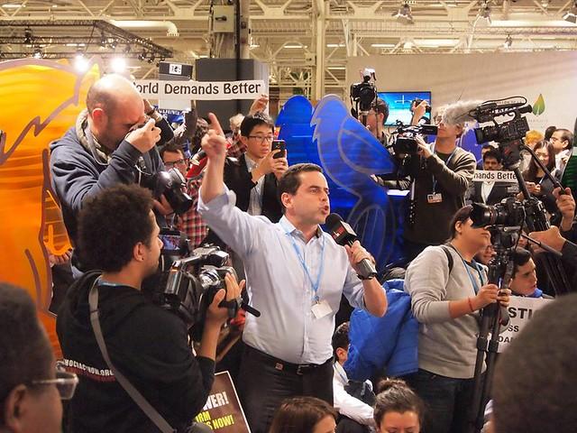 在COP21會場上,不滿巴黎協議草案的抗議者。攝影:賴慧玲。