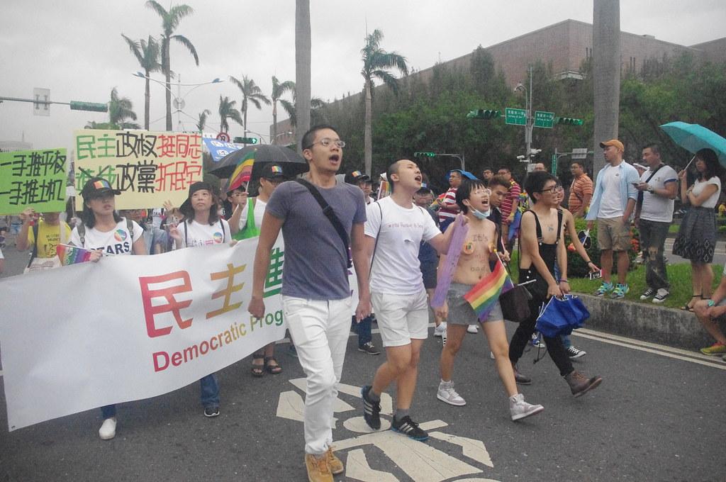 遊行群眾走在民進黨隊伍前,高喊「民主挺資方、還我七天假」。(攝影:高若想)