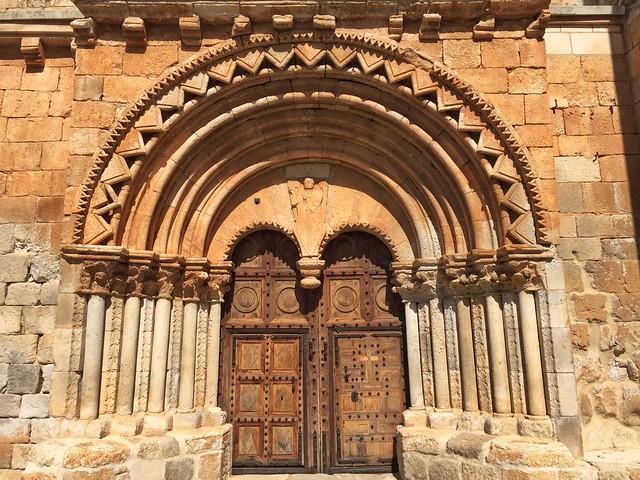 Puerta de la iglesia románica de San Miguel Arcángel en Caltojar (Tierras de Berlanga, Soria)
