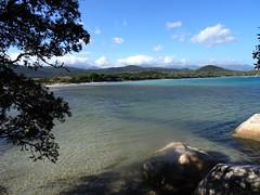 La baie depuis la plate-forme d'arrivée de la sente à Santa Giulia