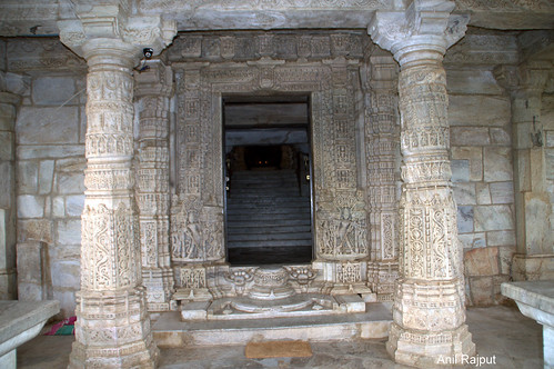Ranakpur Jain Temple , Main gate pillars and carvings