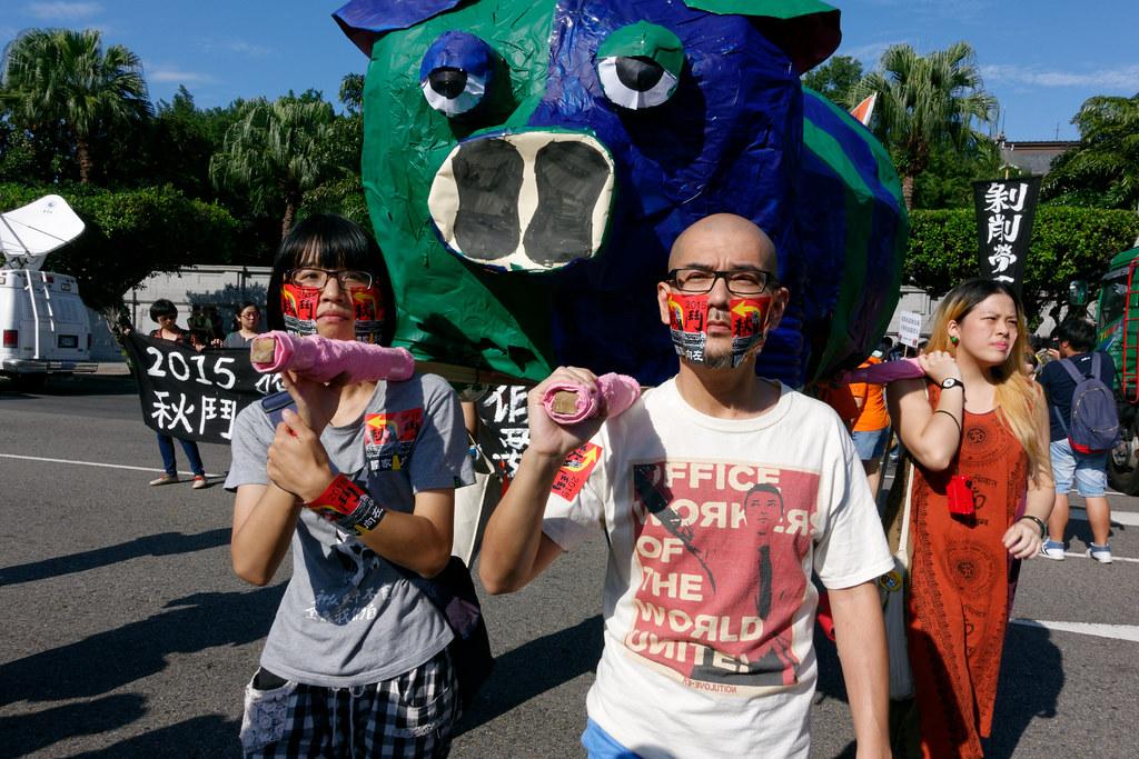 由諷刺兩大黨逐「豬」中原的藍綠小豬領在最前頭,遊行隊伍正式開拔。(攝影:林佳禾)