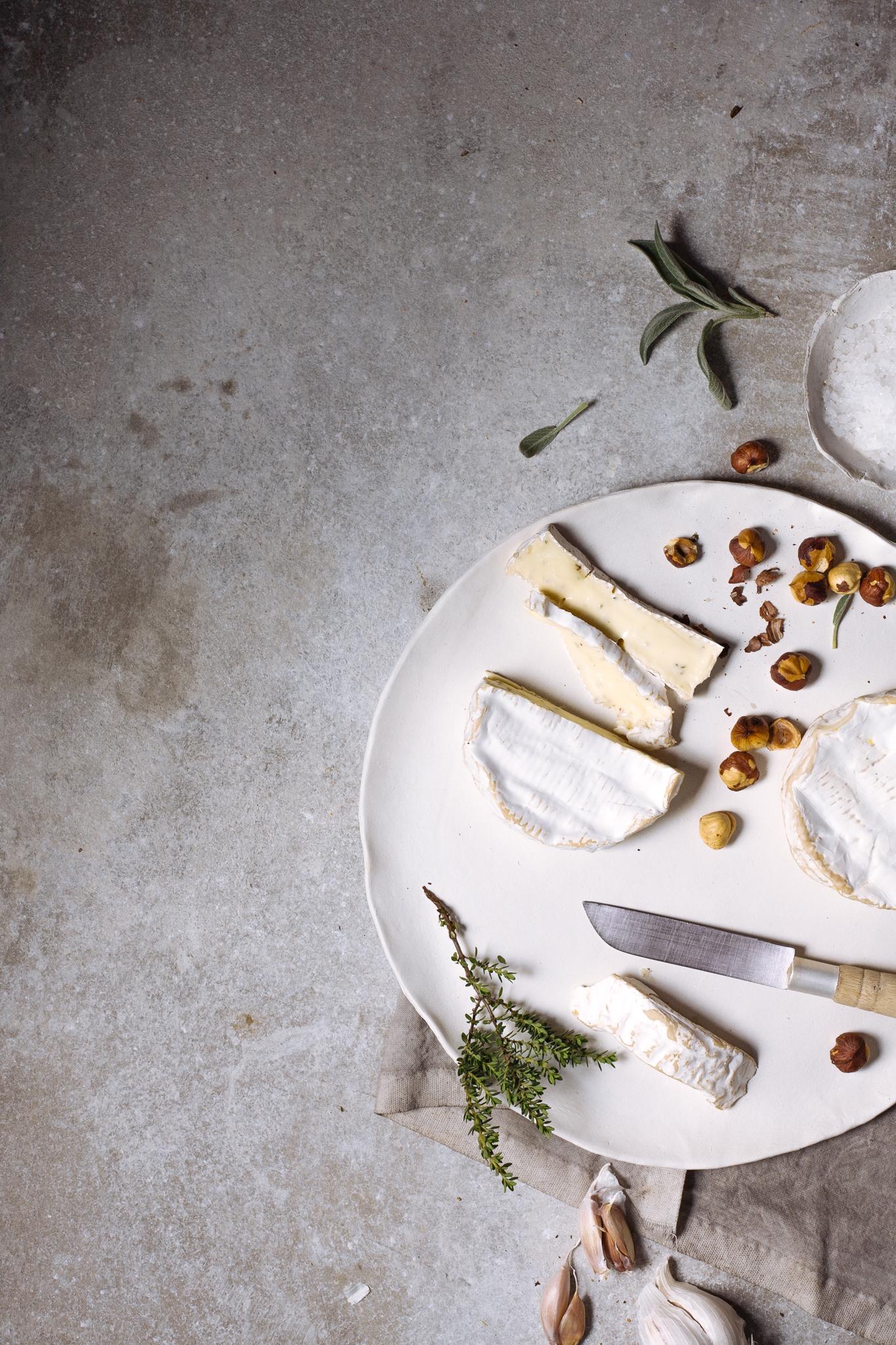 queijo camembert e avelãs