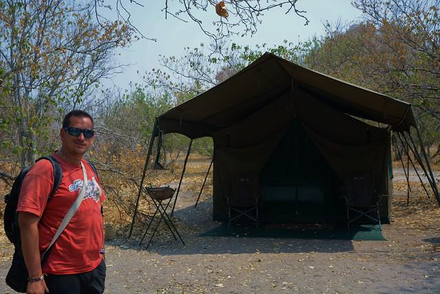 Sele junto a la tienda de campaña de Mopane que utilizó en Botswana
