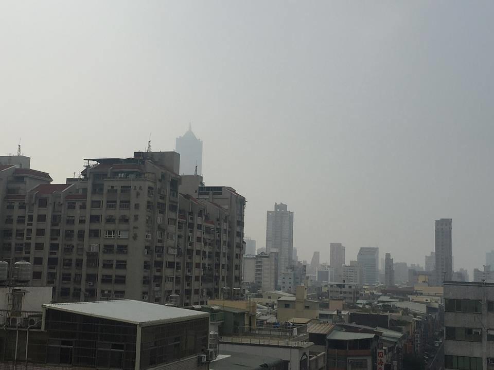 20161117_紫爆週,高屏空污嚴重,八五大樓隱匿。圖片來源:洪輝祥。