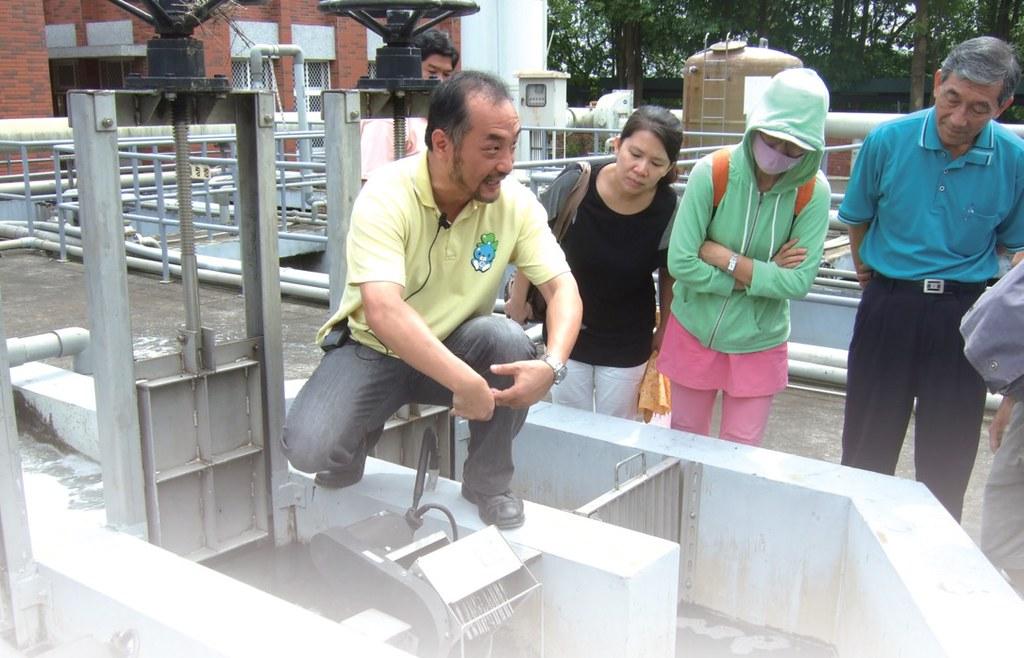 洪慶宜為永康社區大學學員介紹污水處理設施。圖片來源:環保署。