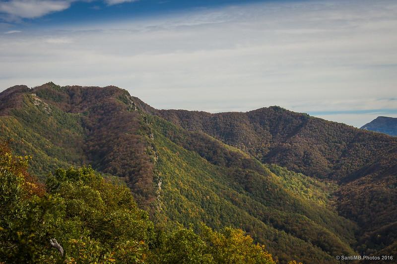 Vertientes norte y sur en la sierra de Curull