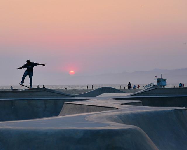 Atardecer en el skate park de Venice Beach en Los Angeles
