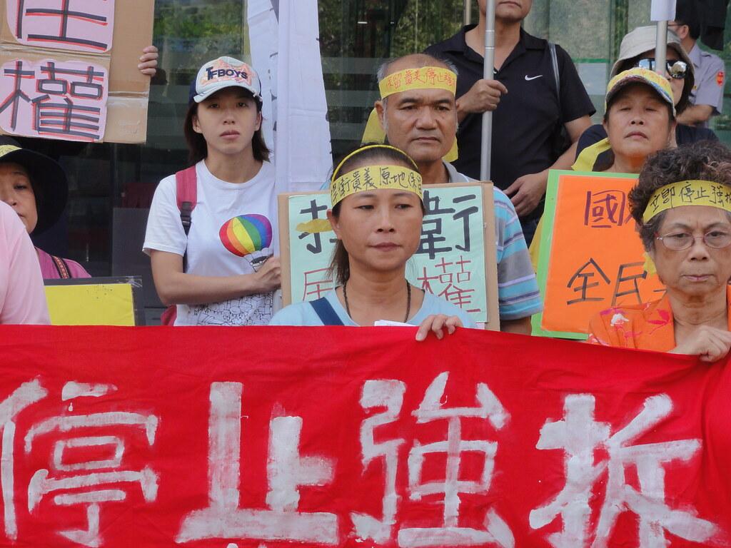 抗議者頭綁「捍衛貴美,原地保留」頭巾,要求交通部停止強拆貴美雜貨店。(攝影:張智琦)