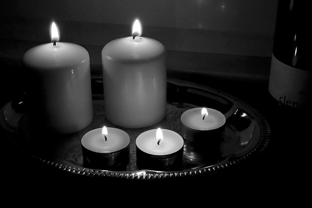kynttilöitä tarjottimella