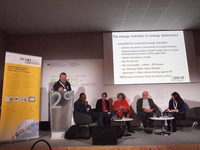 范森強發言,台下由左至右奧塔拉(馬利)、IUCN能源項目經理、REN21代表、瑞伯、沃許。攝影:賴慧玲。