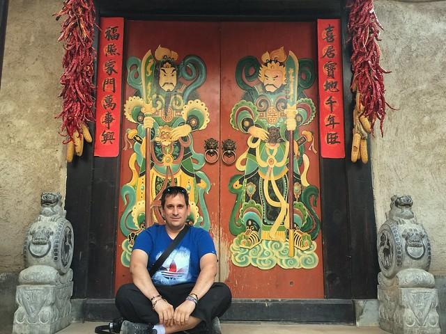 Sele en la puerta de un templo en Yunnan (China)