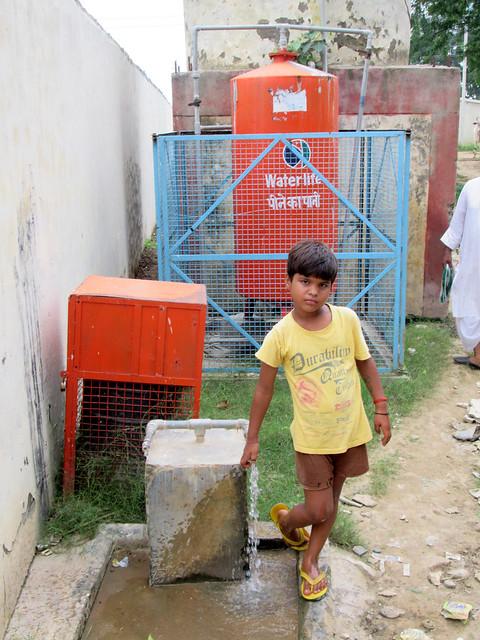 पचगाँय गाँव में वाटर ट्रीटमेंट प्लांट लगने के बाद भी दूषित जल पी रहे हैं ग्रामीण