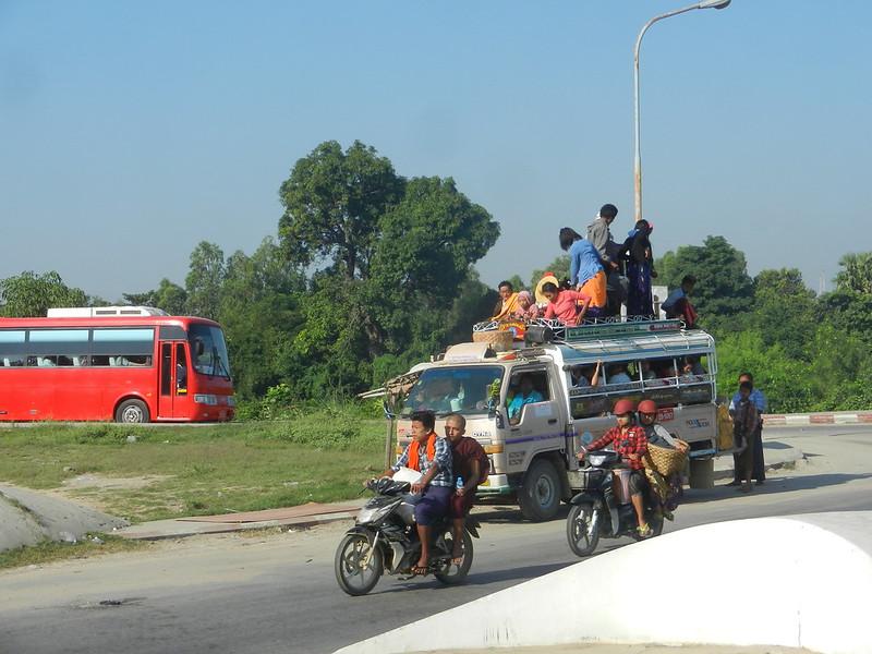 Пассажиры в Бирме на крыше