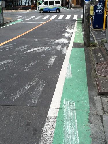 白いペンキを道路にこぼすとこうなる