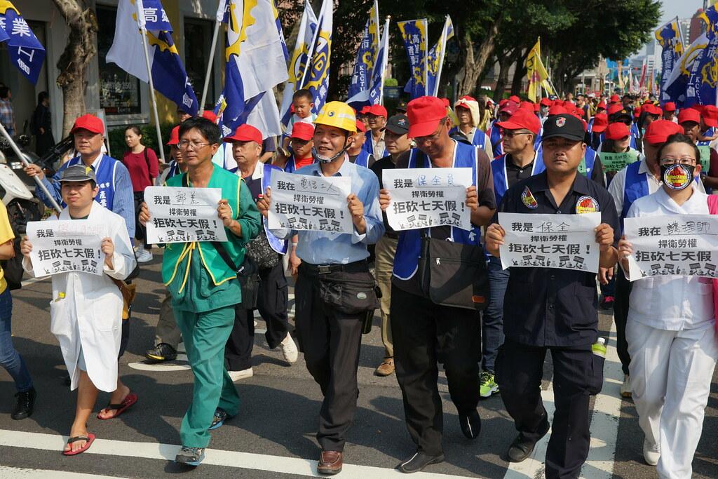 勞團集合的123大遊行,各行各業上街要求七天假。(攝影:王顥中)