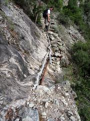 Dans la remontée du vieux chemin, une zone délicate avec un tronçon éboulé