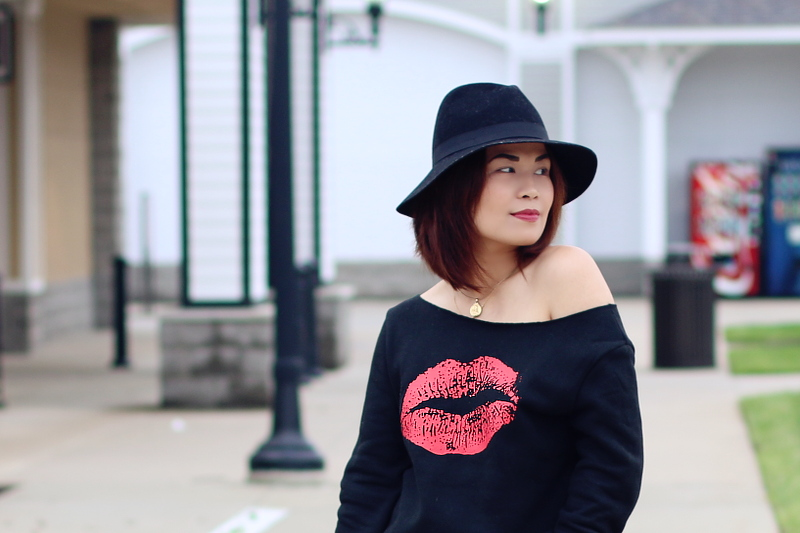 kiss-lips-sweater-floppy-hat-4