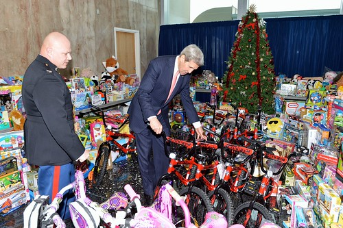 Toys For Tots Washington State : Secretary kerry checks out the toys donated by state
