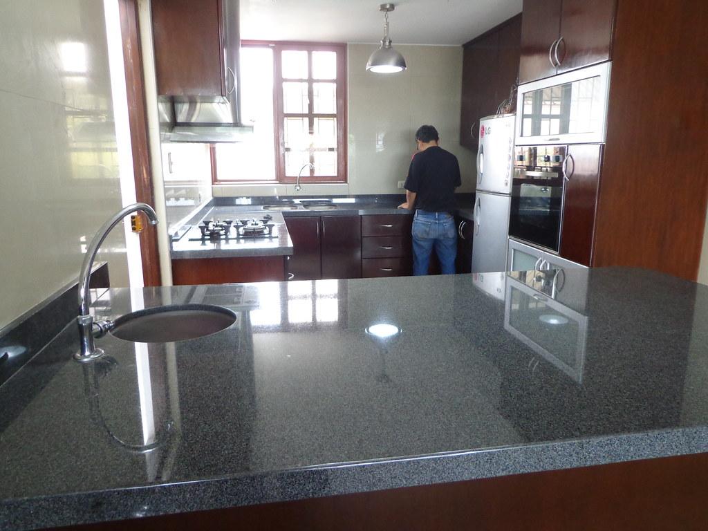 Tablero cocina isla granito gris esta o encimeras de for Cocinas con isla precios