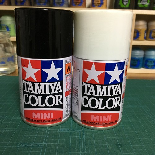 タミヤカラースプレイ缶、白黒
