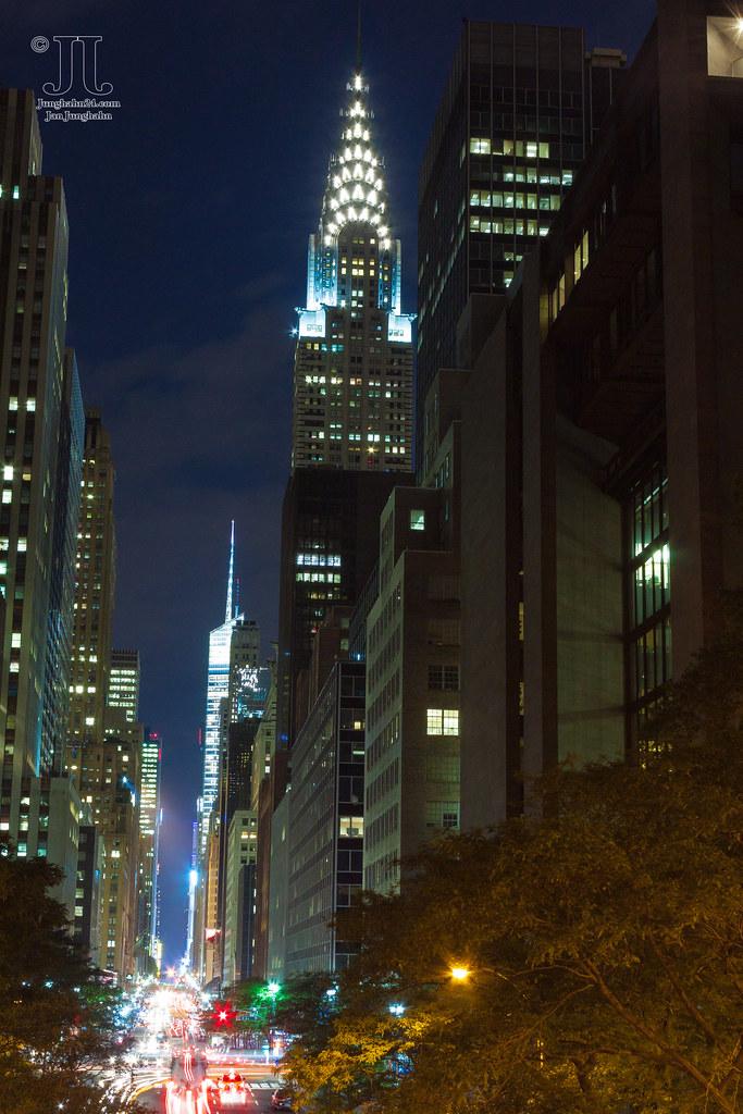 chrysler building nachts leuchtet new york city taghell. Black Bedroom Furniture Sets. Home Design Ideas