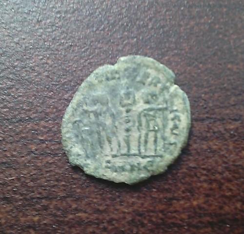 AE4 de Constantino I. GLORIA EXERCITVS. Nicomedia 22275106124_76ea7ceacf