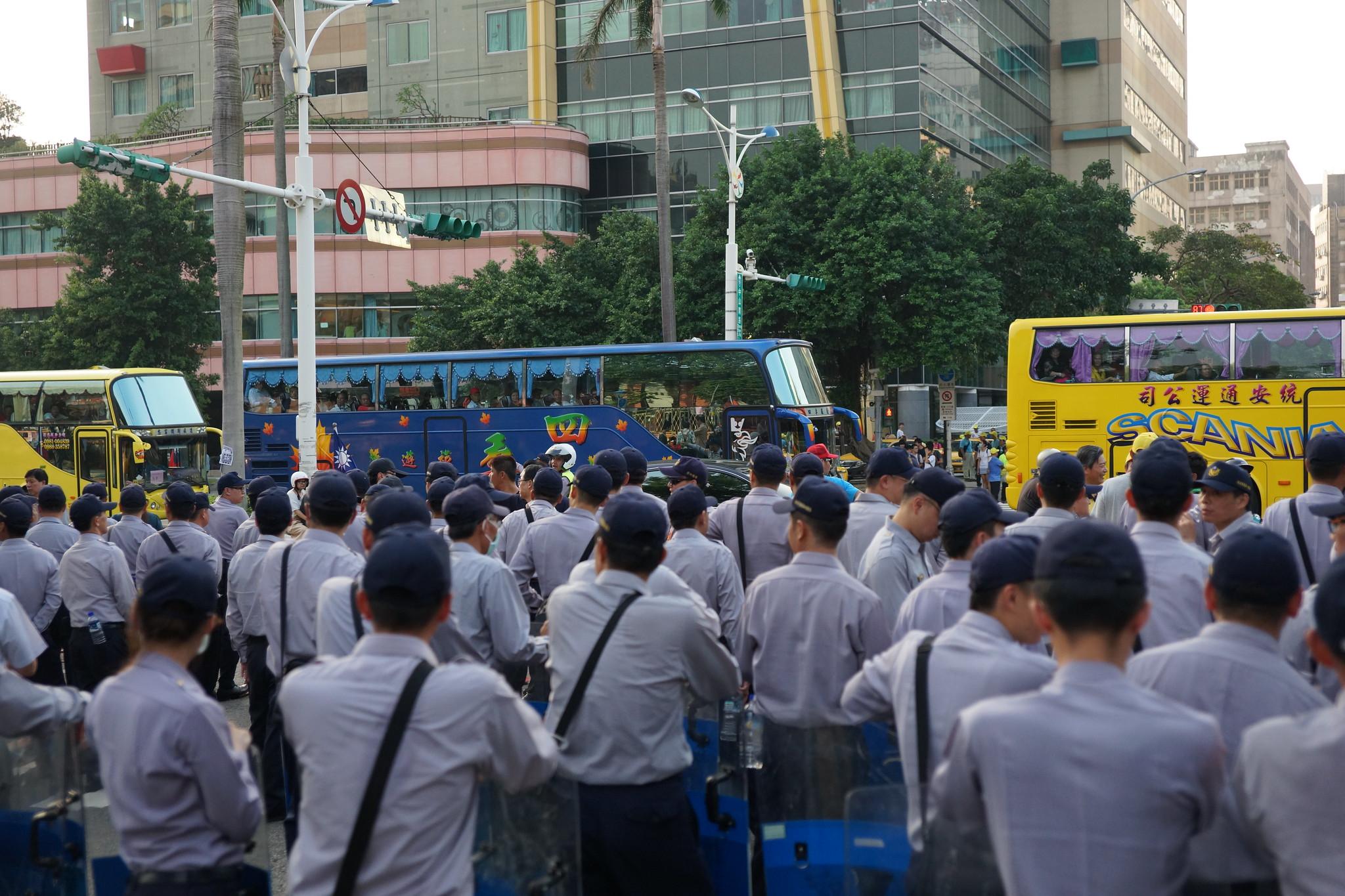 由於受到警方組起人牆阻擋聲援,部分遊行結束的工會乘巴士離去。(攝影:王顥中)