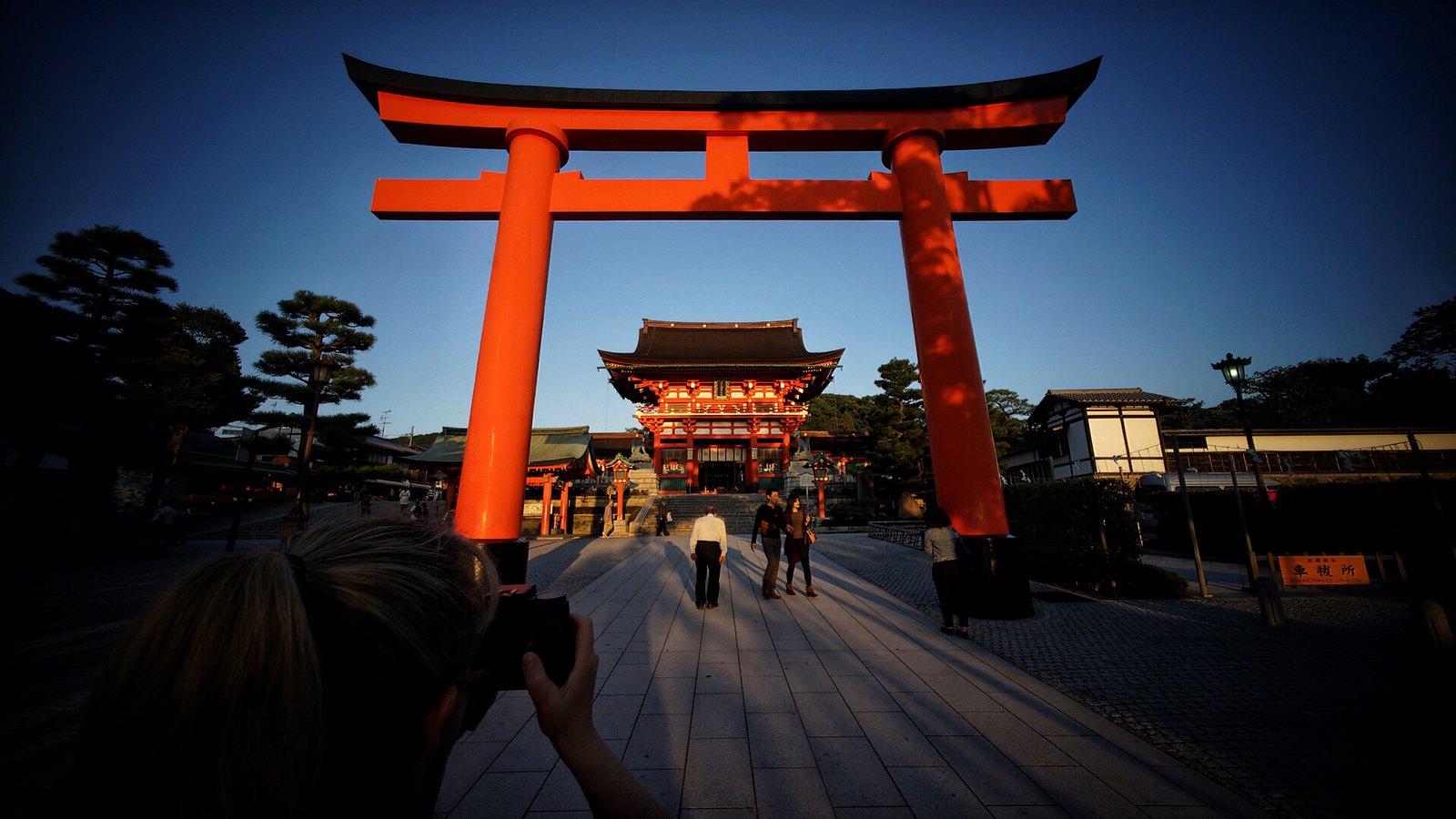 Ambré Holgaing the giant Torii #Kyoto #japan15 #Voigtlander12mm #SonyA7 #inari #foto