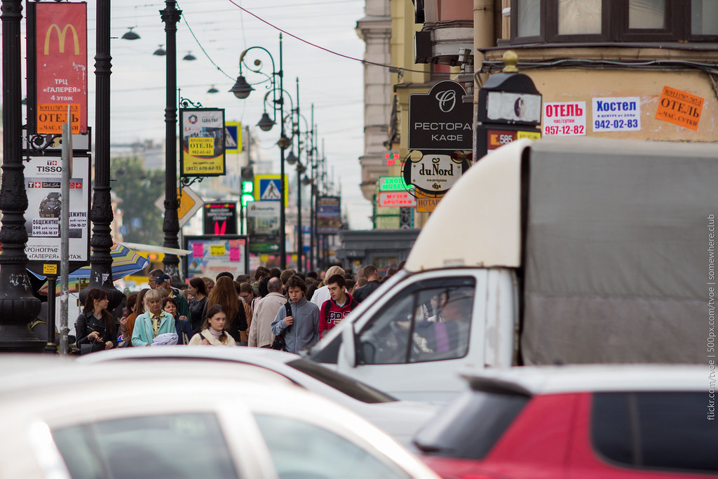 Люди на Невском проспекте в сентябре