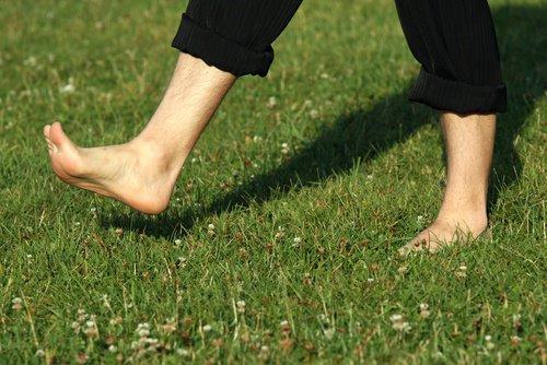 Beneficios que desconocías de caminar descalzo