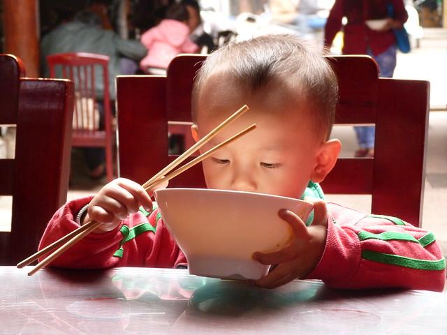 Niño chino comiendo fideos en Jianshui (Yunnan, China)