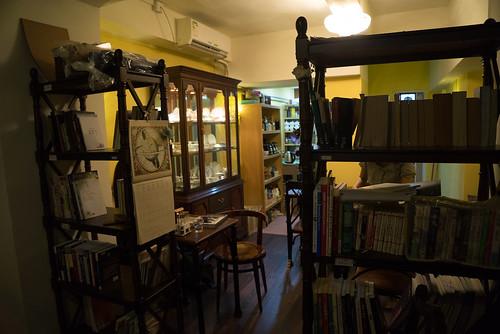 進去店內是一系列的書架, 還有放茶具用的飾櫃