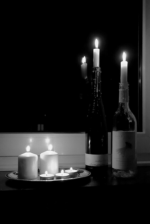 kynttilöitä ikkunalaudalla
