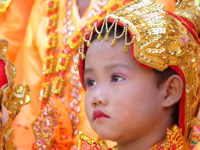 Niña en una ceremonia de Mandalay (Myanmar)