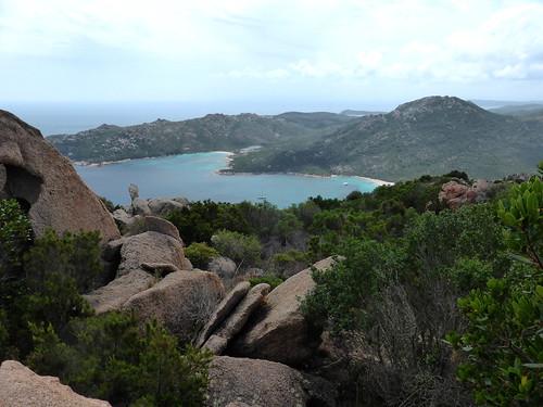 Le piton rocheux au-dessus de la baie de Portu Novu