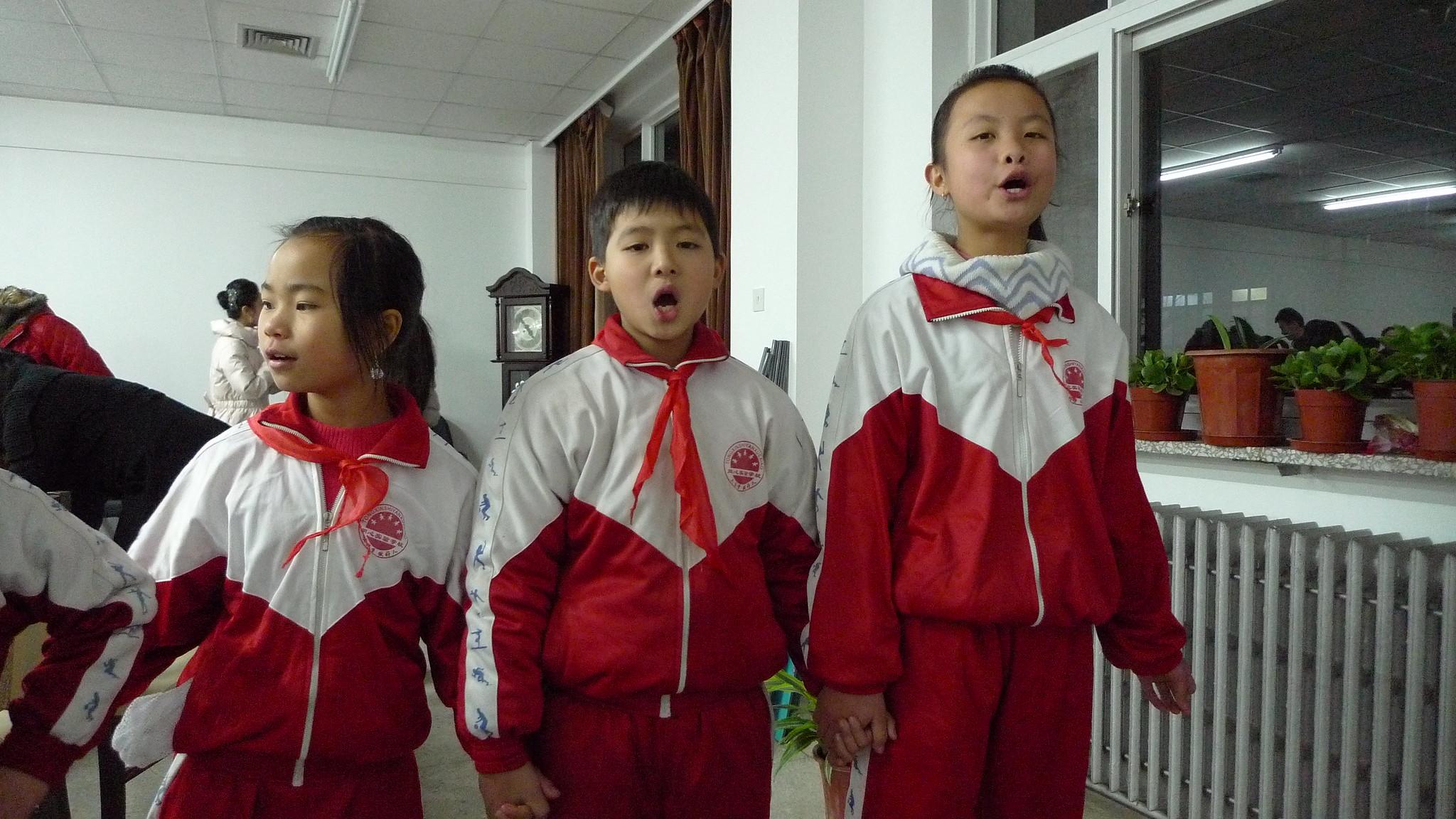合唱團的孩子上台前的練習。