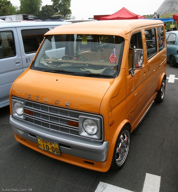 Dodge B100-esque Kei-conversion. Looks to be a Daihatsu Hi-jet base, but I'm probably wrong.