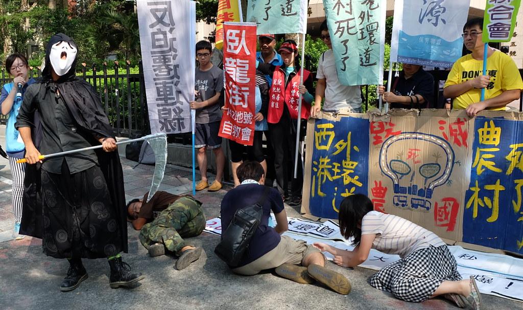 台南市府認為開發道路比較安全,「反西港外環道不當開闢自救會」以行動劇反諷,新道路開闢對當地居民更危險 攝影:陳文姿