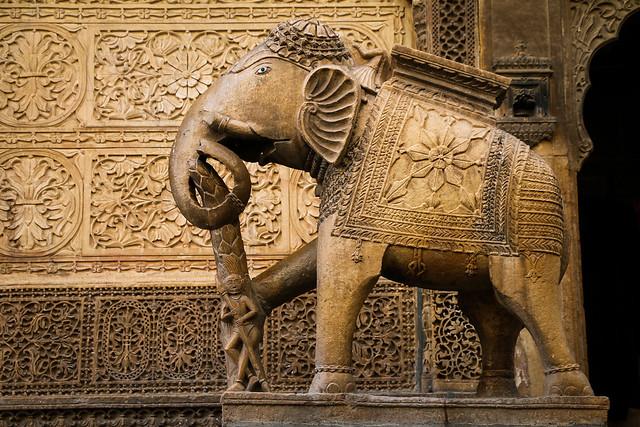 Elephant statue of Nathmal Ki Haveli, Jaisalmer, India ジャイサルメール、ナトマル・キ・ハヴェリ入口のゾウさん