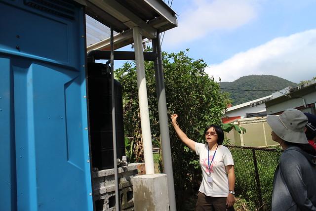 工作人員講解雨水回收系統運作方式